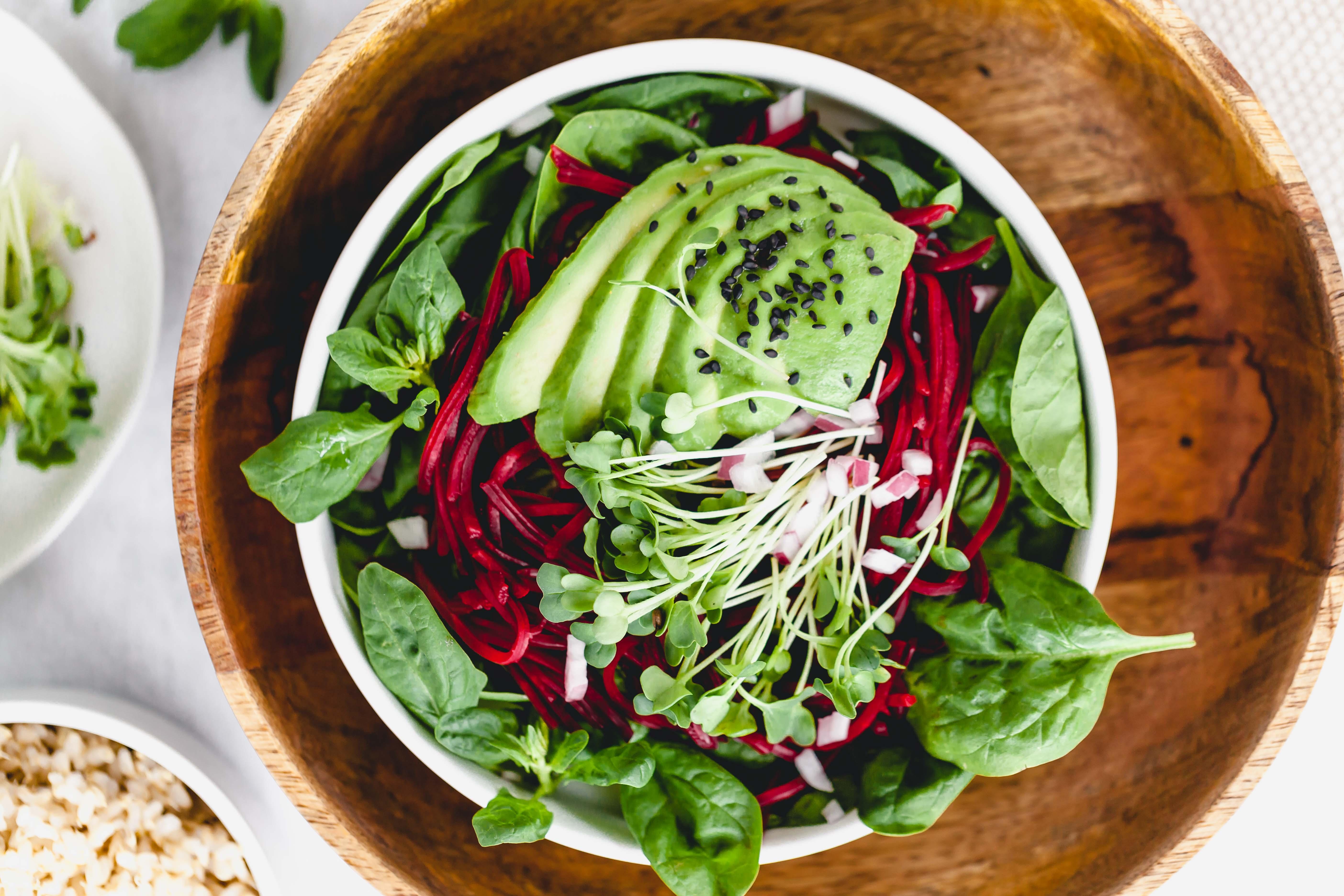 Spinat Salat mit Radieschen Sprossen