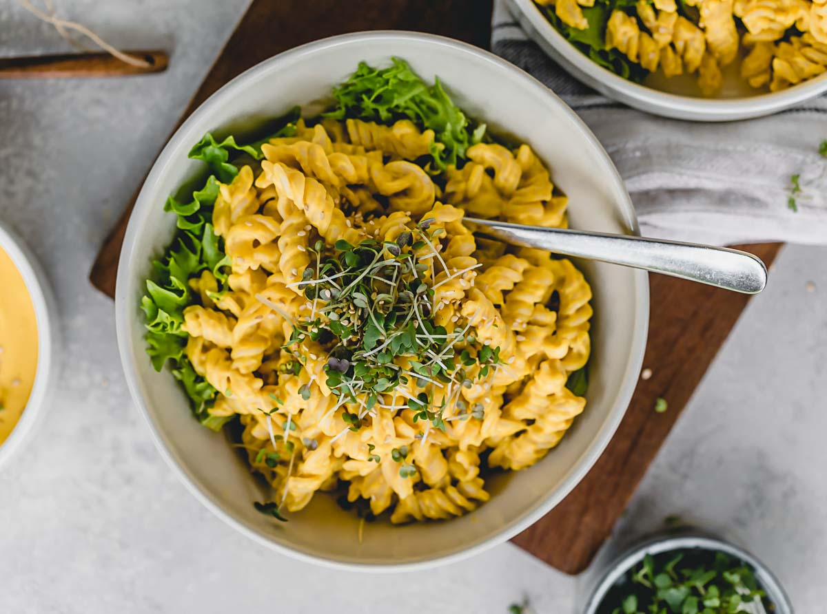 Kürbis-Mac'n'Cheese aus Cachew mit Senf Microgreens