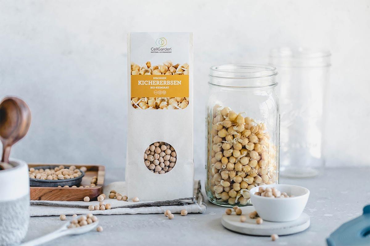 Kichererbsen Samen in 500 g Papierbeutel und Sprossenglas zum Sprossen züchten